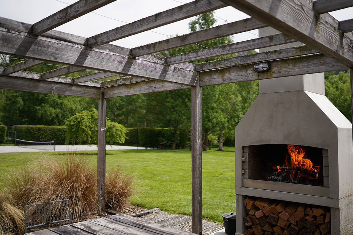 Flare Deluxe outdoor fire on a beautiful backyard space.
